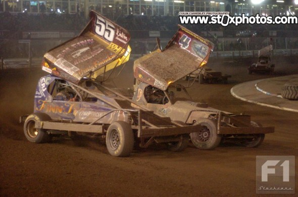 Heat 2 winner Dan Johnson battles with Craig Finnikin. (CC)